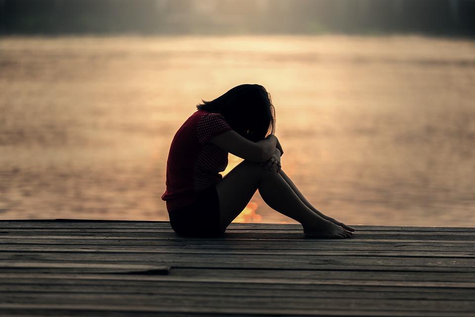 »Partnerka mi je zaupala spolno zlorabo. Sem čisto izgubljen. Naj ostanem? Grem?«