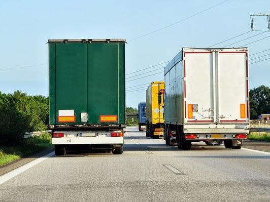 SLS za prepoved prehitevanja tovornjakov in kazni za počasno vožnjo na avtocestah