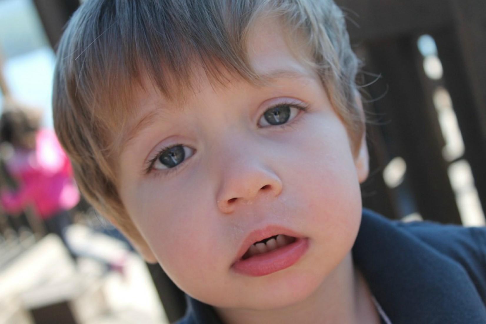 Pet nasvetov kako se z otrokom pogovarjati o grozljivih novicah