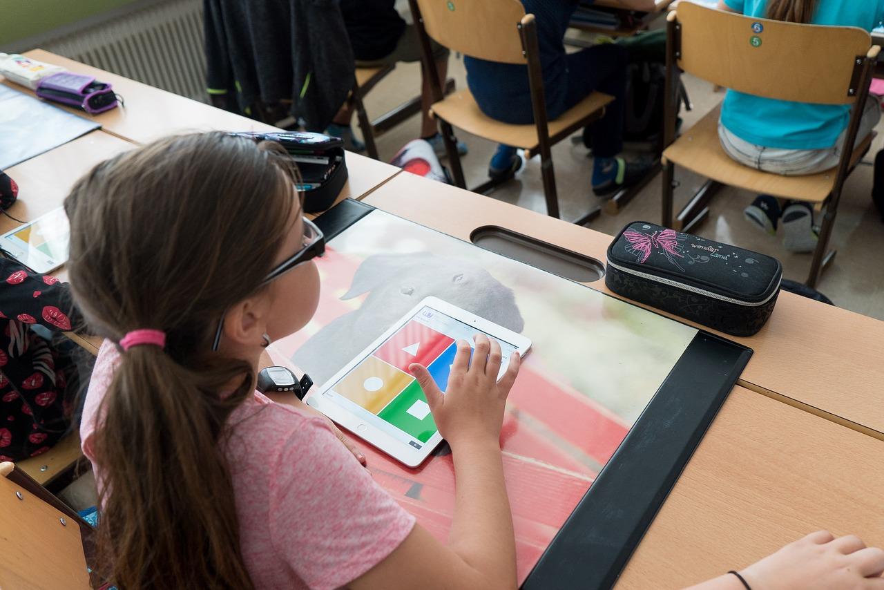 Ali je digitalizacija v učilnicah naših učencev smiselna?