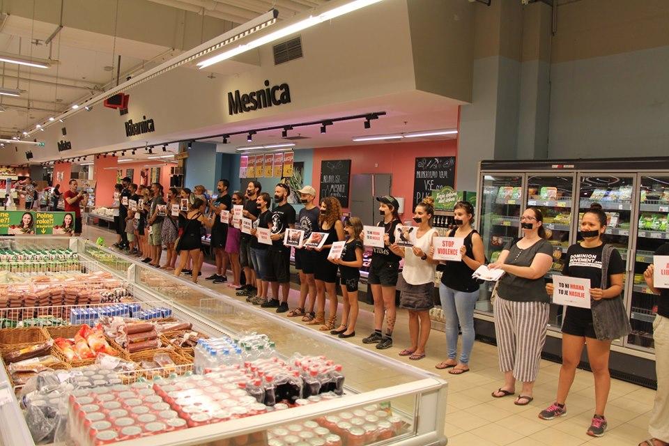Škandal! Vegani ponovno napadli v trgovskem centru, a za zverinsko poklane živali na pašnikih jim ni mar.