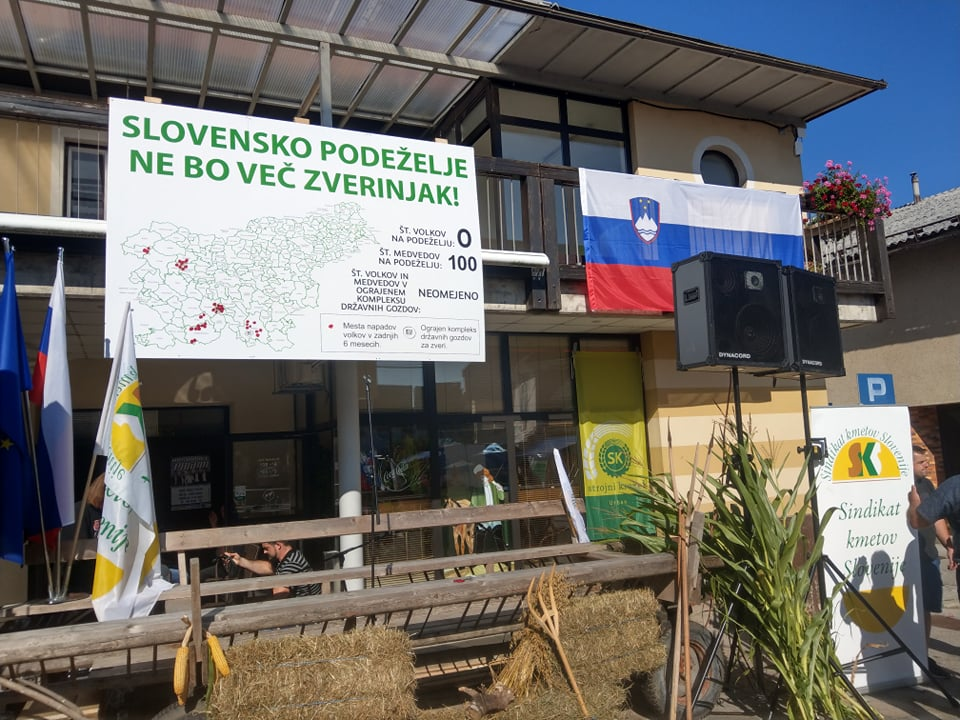 [EKSKLUZIVNO]: Iz minute v minuto s prizorišča velikega protestnega shoda »Slovensko podeželje ne bo zverinjak!« v Velikih Laščah