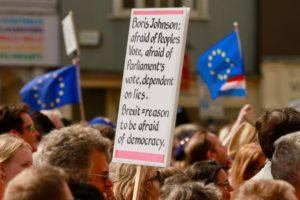 Nov sporazum o Brexitu sklenjen, a še vedno ni jasno če bo potrjen