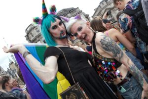 Zdravnik v Veliki Britaniji izgubil službo, ker ni naslavljal transseksualno
