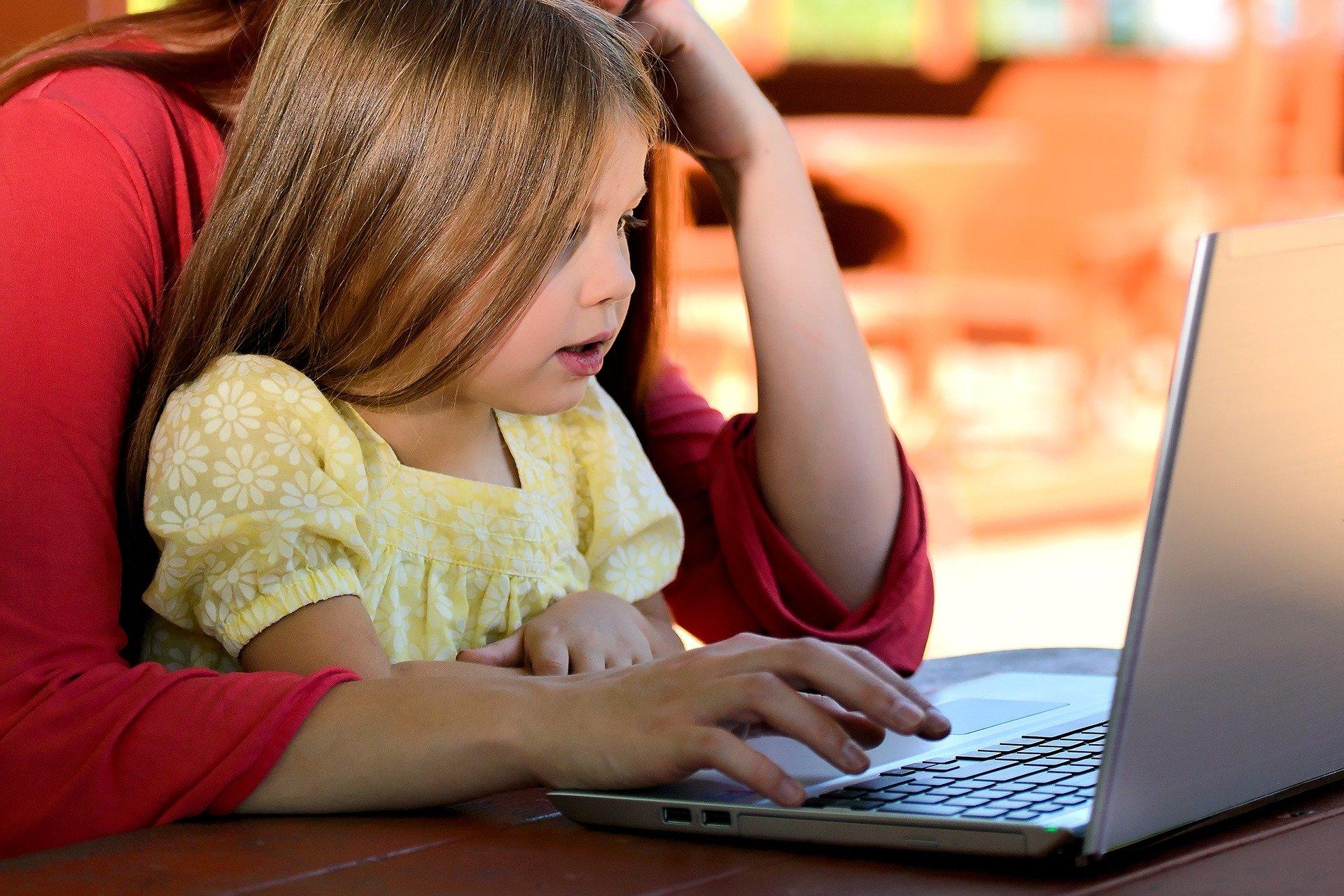E-učbenik oziroma i-učbenik: dobre in slabe plati