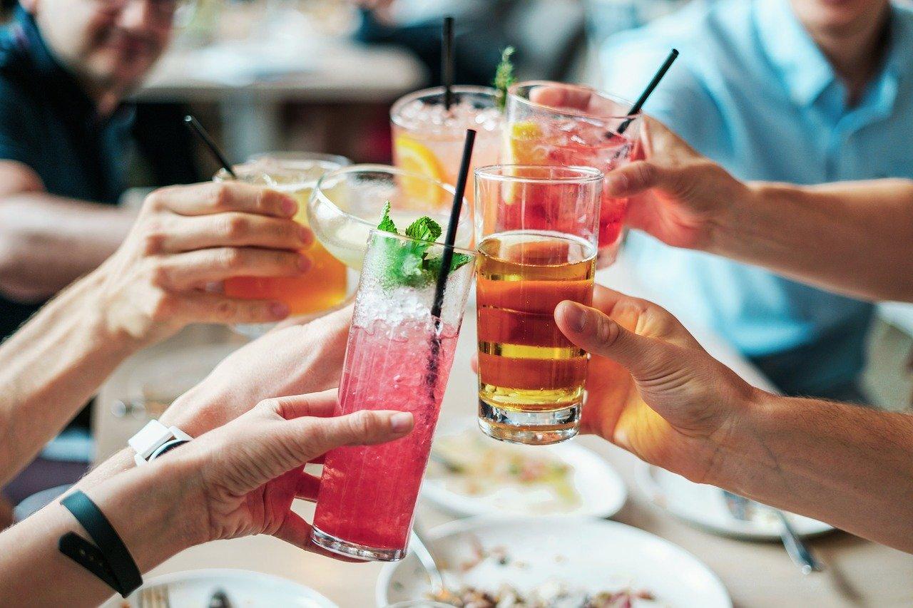 Mladi in alkohol: »prijateljevanje« se običajno začne pri 15. letu