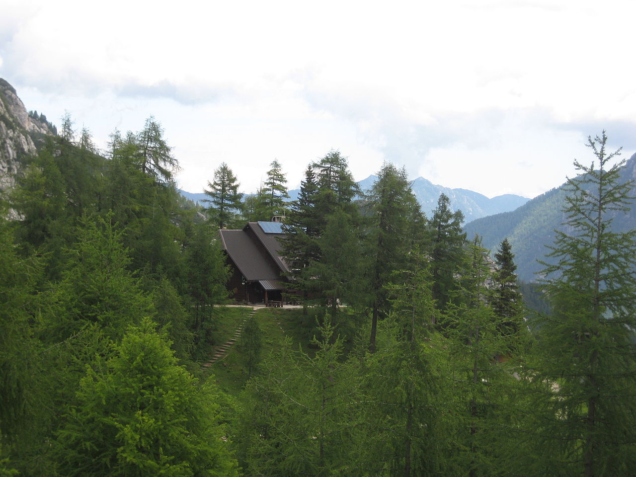 Statistika kaže, da so imele nekatere visokogorske koče lani tudi več kot 70 odstotkov tujih gostov, v povprečju so tujci letos dosegali že polovico vseh prenočitev v planinskih kočah v gorah.