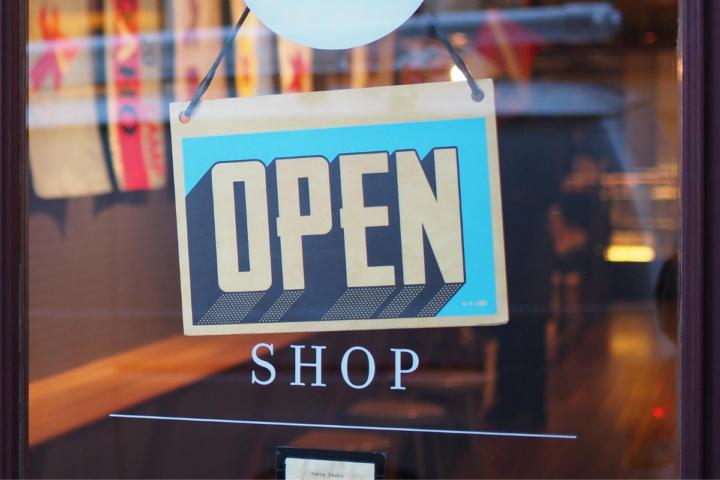 20-letni konflikt: trgovine naj bodo ob nedeljah odprte ali zaprte?