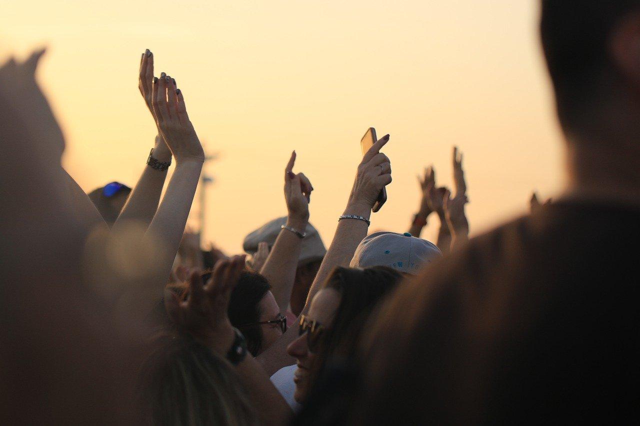 Glasbeniki so postavljeni v kot, saj se jim prireditev do 10, ali 50 oseb ne splača organizirati.