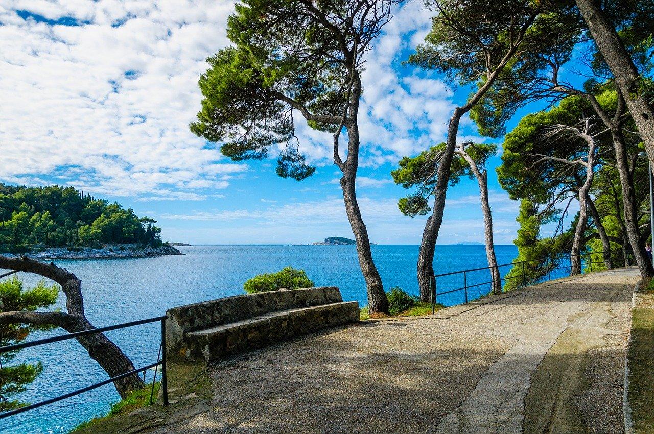 V Dubrovniku covid-19 odgnal goste in okužil dobiček