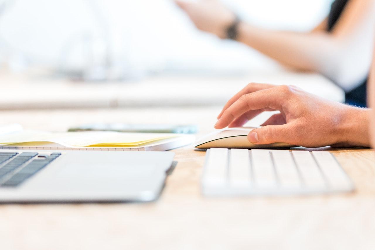Revma vpliva na zapestja pisarniških delavcev.
