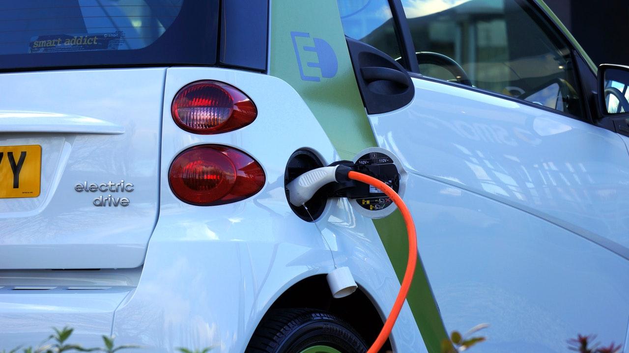Subvencije za električne avtomobile nižje za 1500 evrov