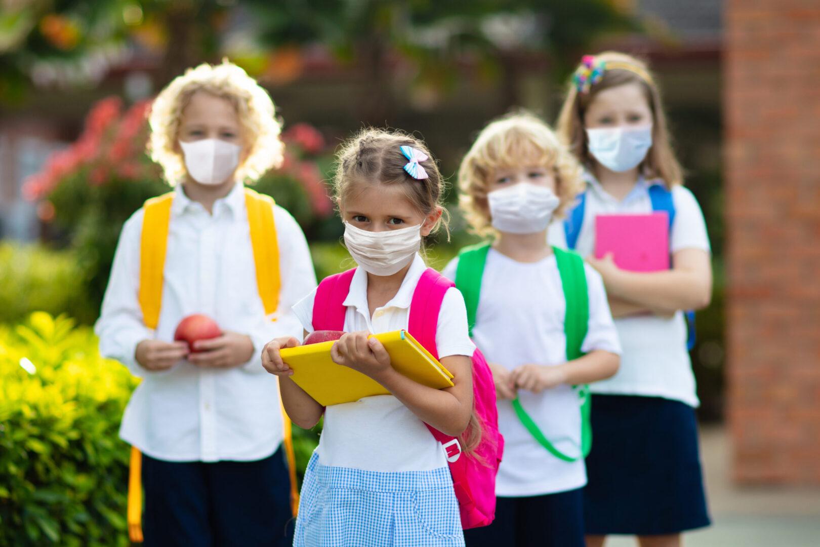 Prihod otrok v šolo je svojevrstna farsa, saj na poti v šolo učenci pogosto hodijo v skupinah in nikoli ne upoštevajo ustrezne razdalje ali nosijo mask.