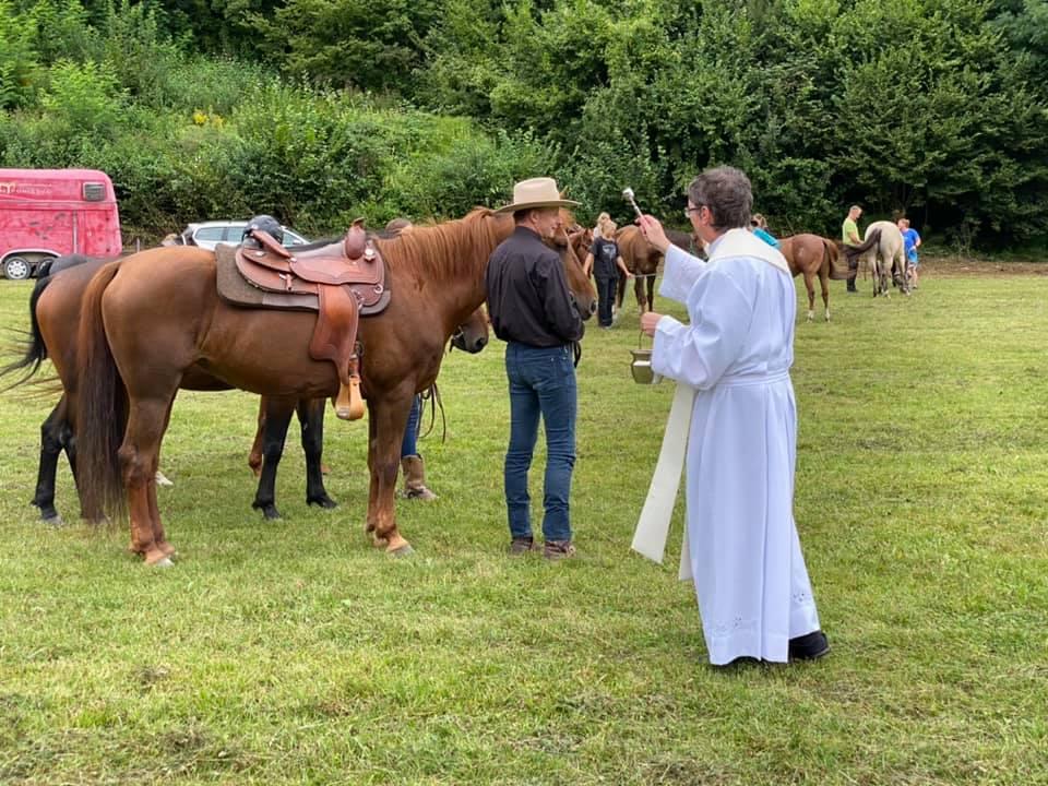 Župnik Janez Mraz med blagoslovom konjev.