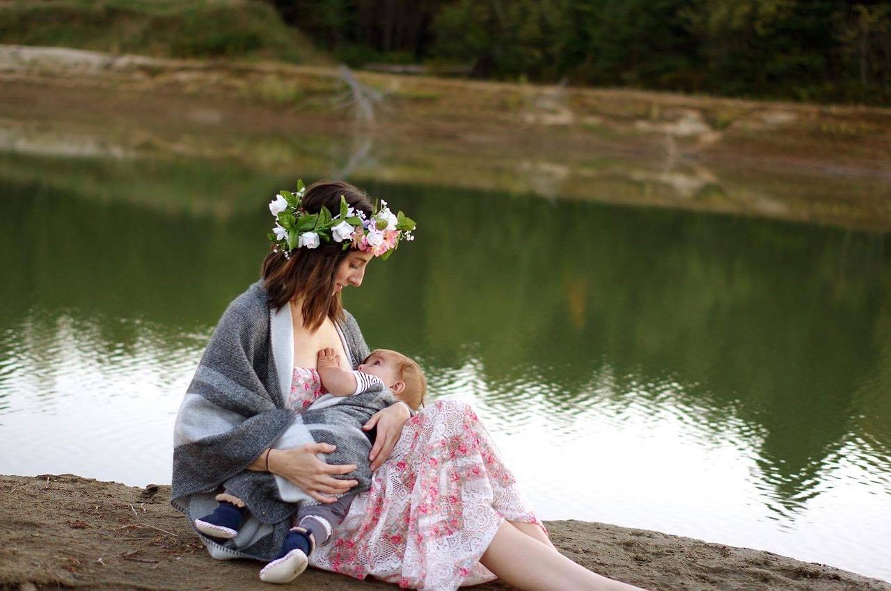 Dojenje je več kot samo hranjenje, je odnos, ki postavi vse čustvene temelje