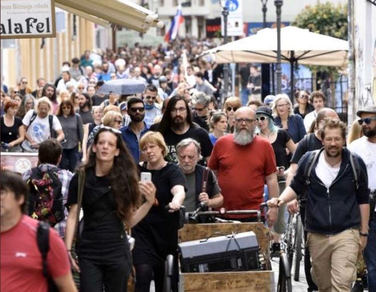Protivladni protesti samo v Ljubljani dosegajo število okrog 5.000 protestnikov in so nezakoniti, ker niso prijavljen in tudi ne upoštevajo navodil NIJZ.