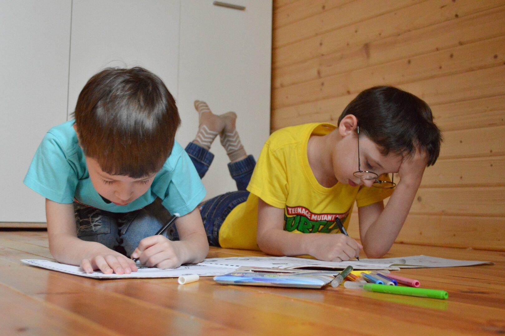 Model C je kombinacija šolanja v šoli za prvo triado z omejitvami in šolanje na domu za drugo in tretjo triado.