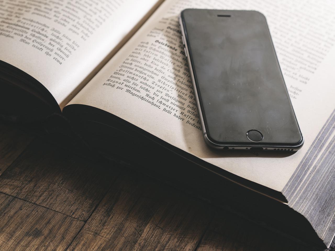 E-učbenik je dostopen tudi na mobilnih napravah.