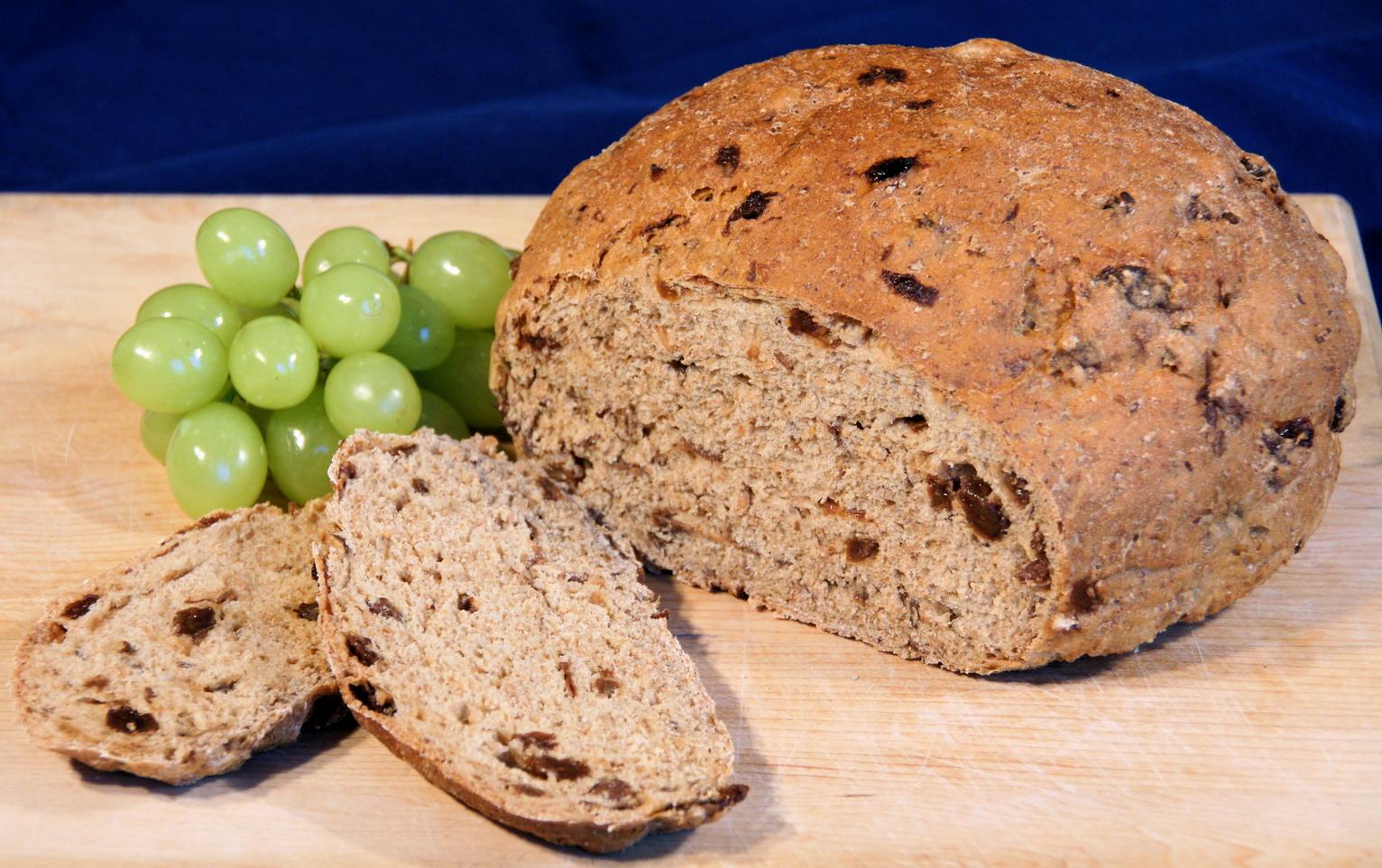 Rženi kruh z grozdjem in lešniki.