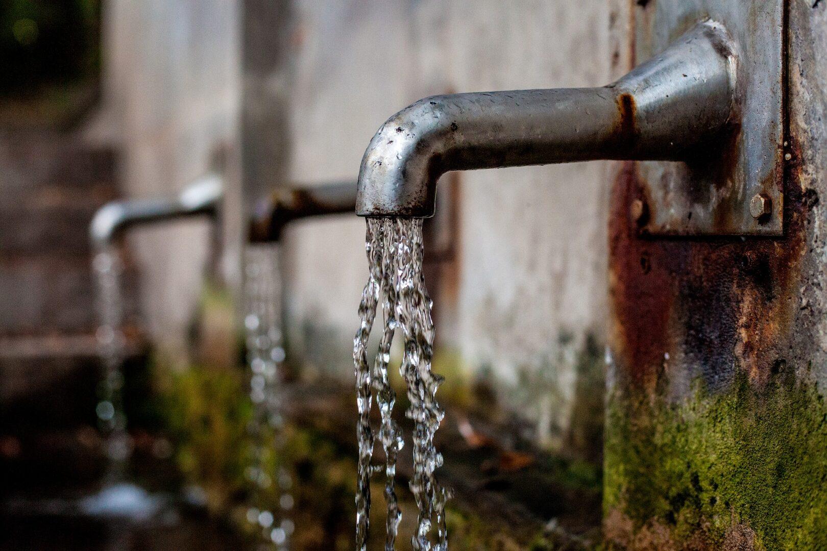 NVO in civilne iniciative onemogočajo marsikomu normalno življenje. V ta sklop spada tudi pitna voda.