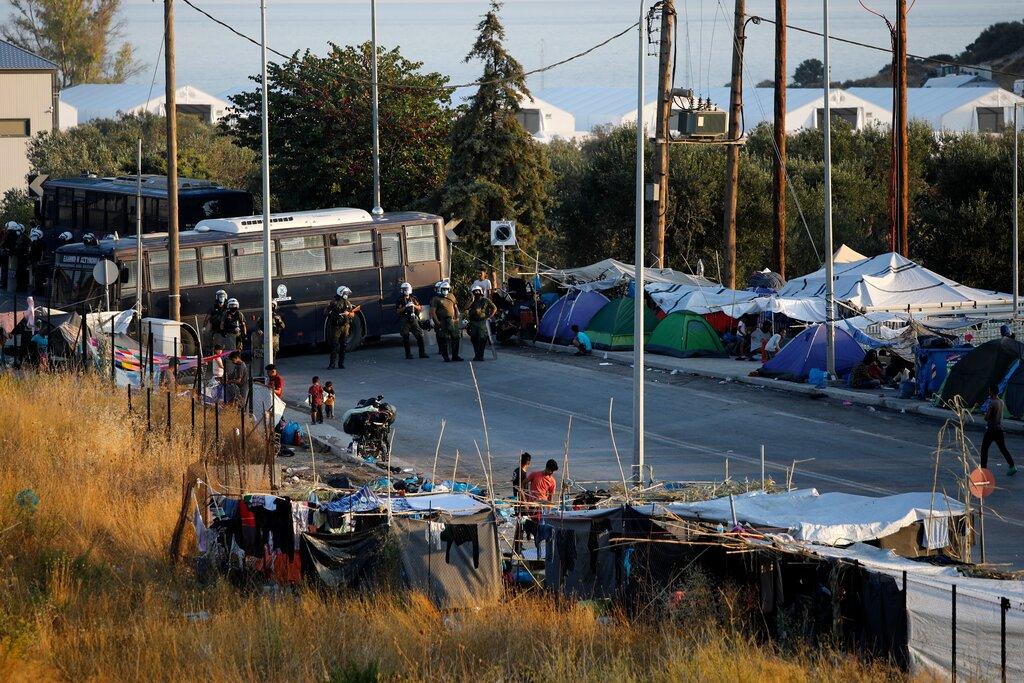Ilegalni pribežniki so napadli grške vojake. Nekateri ilegalni pribežniki so covid pozitivni, a ne želijo v osamo.