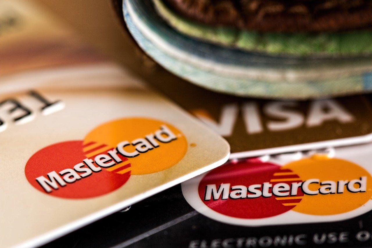 Debetna kartica je ena  najvarnejših kartic. Zanjo morate imeti le redne mesečne prilive.