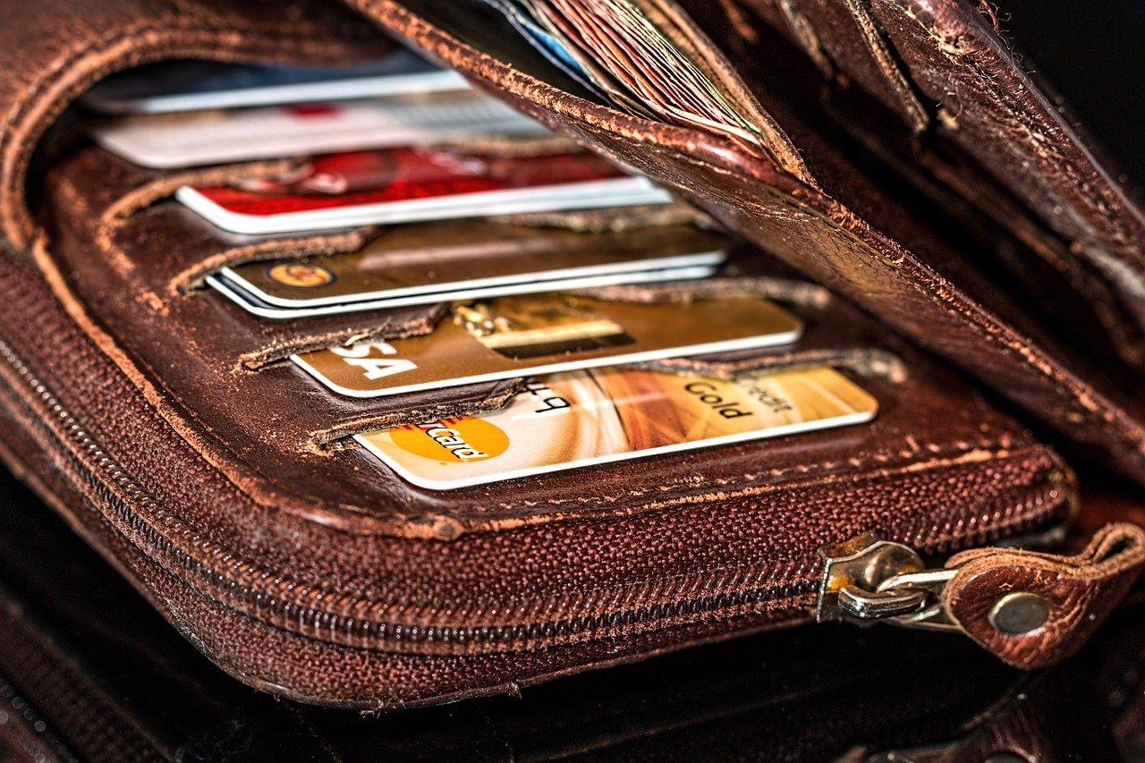 """""""Kreditne"""" kartice so zelo varljive, saj se lahko posameznik zelo hitro zaplete v večni krog dolgov."""
