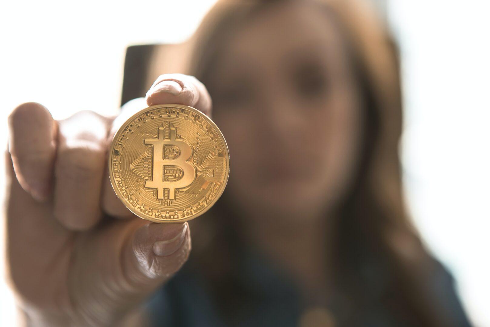 Tehnično bo digitalni evro podoben bitcoinu, toda za razliko od prve kriptovalute bo digitalni evro pod nadzorom centralne banke.