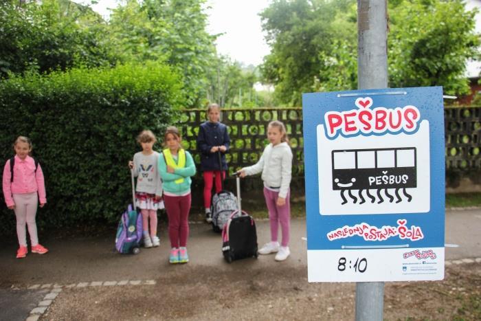 Pešbus predstavlja tudi zdrav način življenja in otroku pušča, da je otrok.