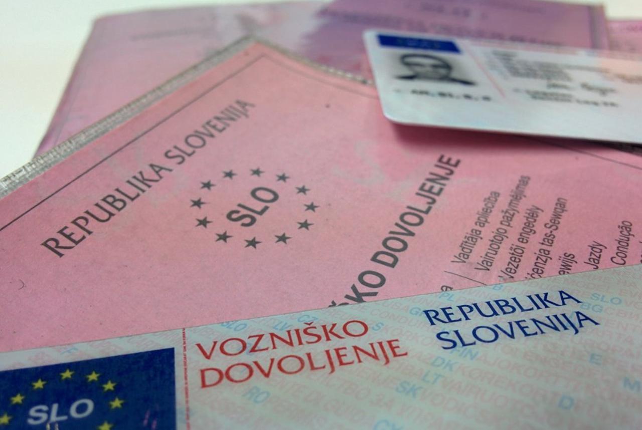 Za objavo najdenih osebnih dokumentov na Facebooku tudi prek 12.000 evrov kazni