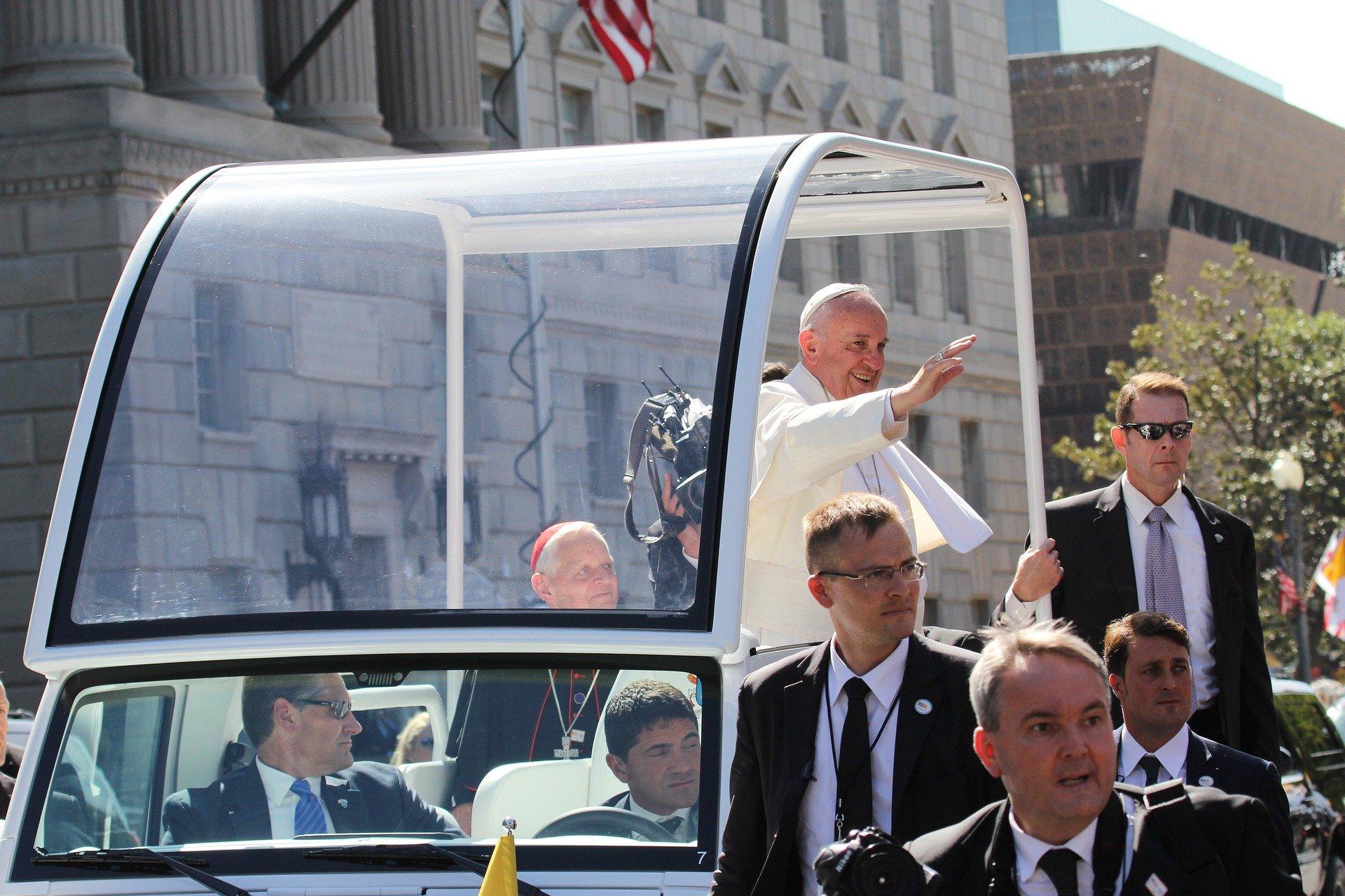 Papež podpira homoseksualne partnerske zveze