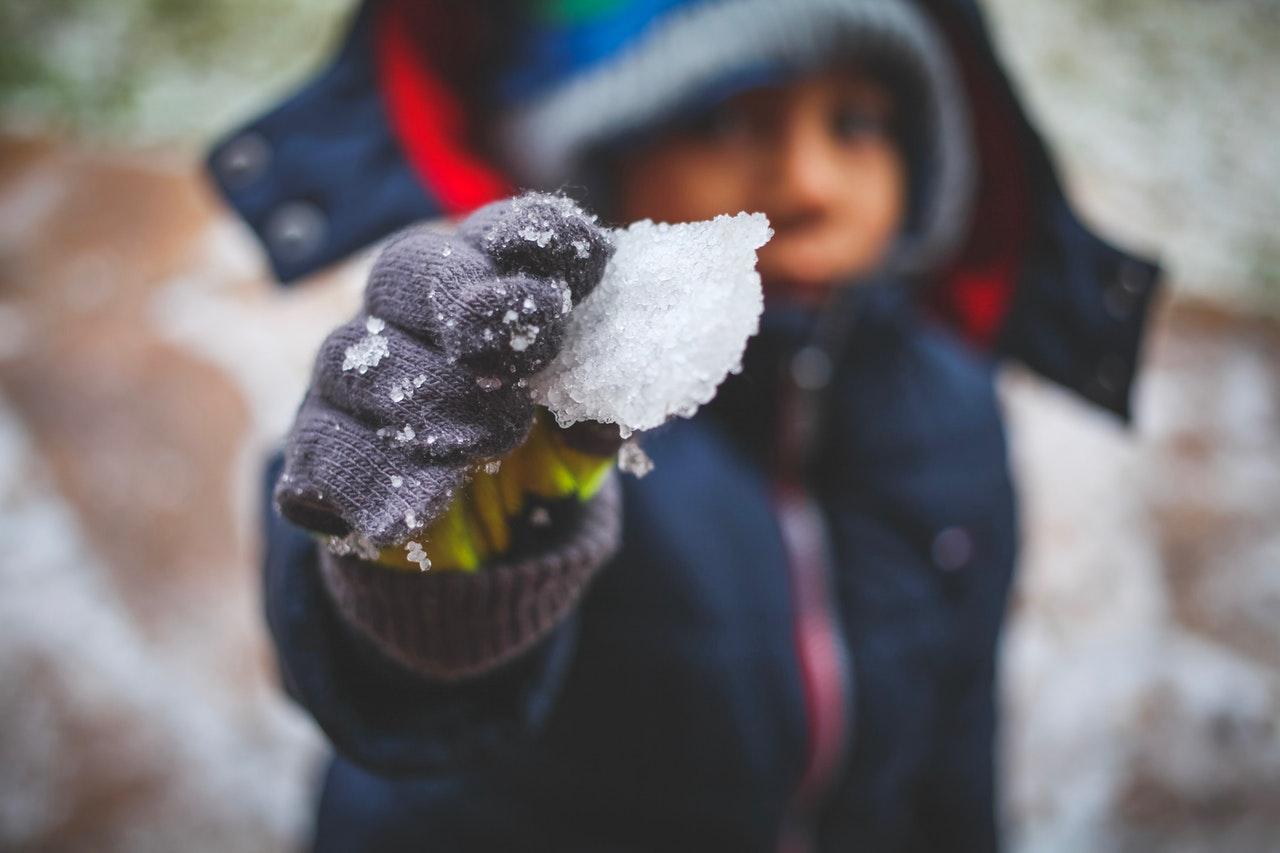 Boj s snežnimi kepami je zabavna zimska rekreacija.