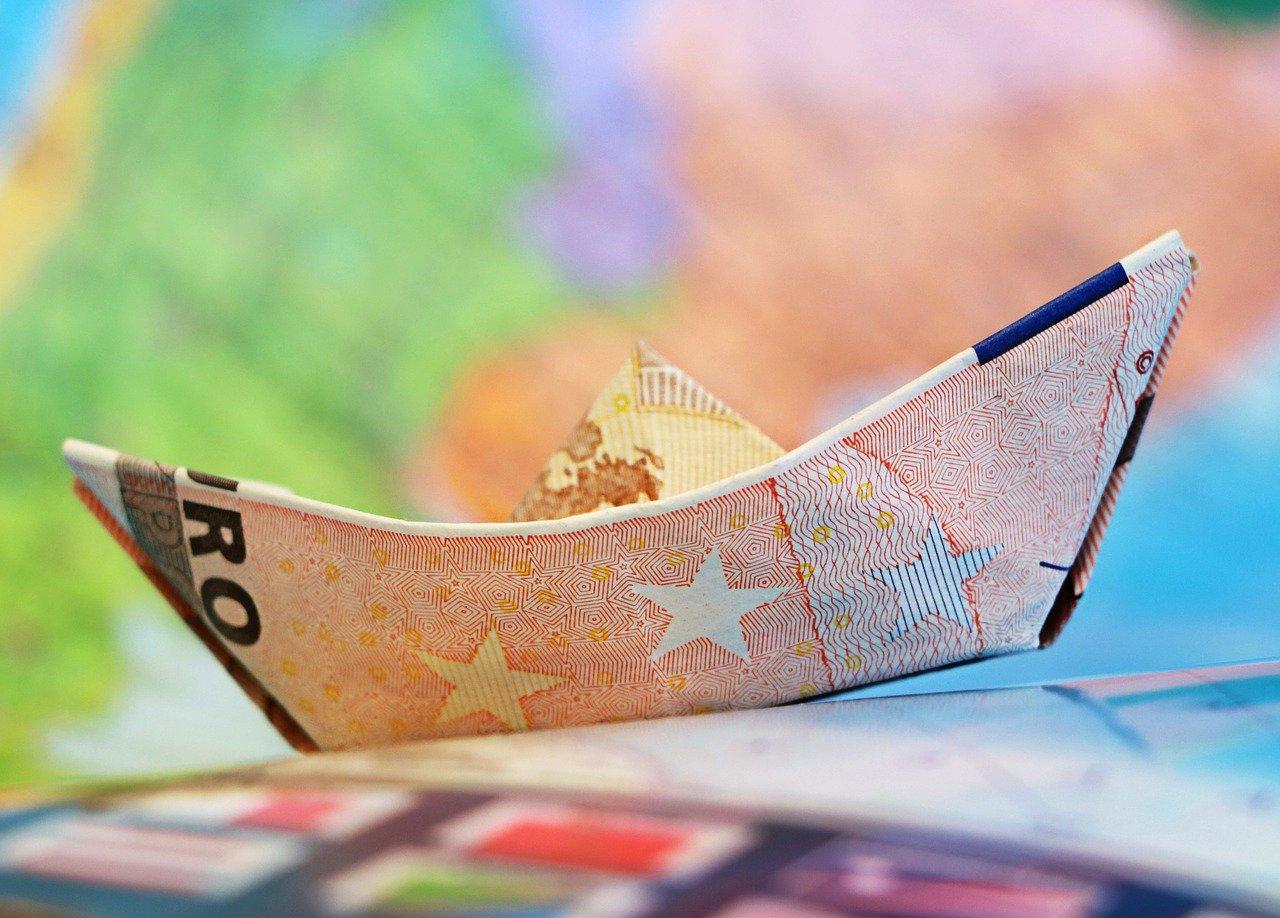 Plače nižje, razpoloženje potrošnikov slabše