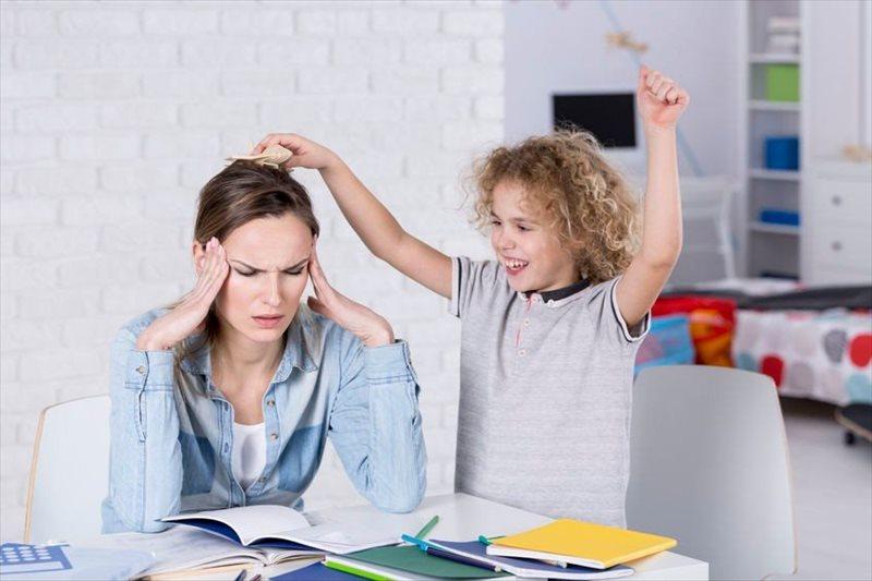 Hiperaktivni otroci so zelo živi, malo spijo, dajejo vtis, da ne poslušajo, delajo veliko napak, so nepotrpežljivi, ne zanimajo jih podrobnosti, so prepirljivi in potrebujejo dlje časa, da so čisti.