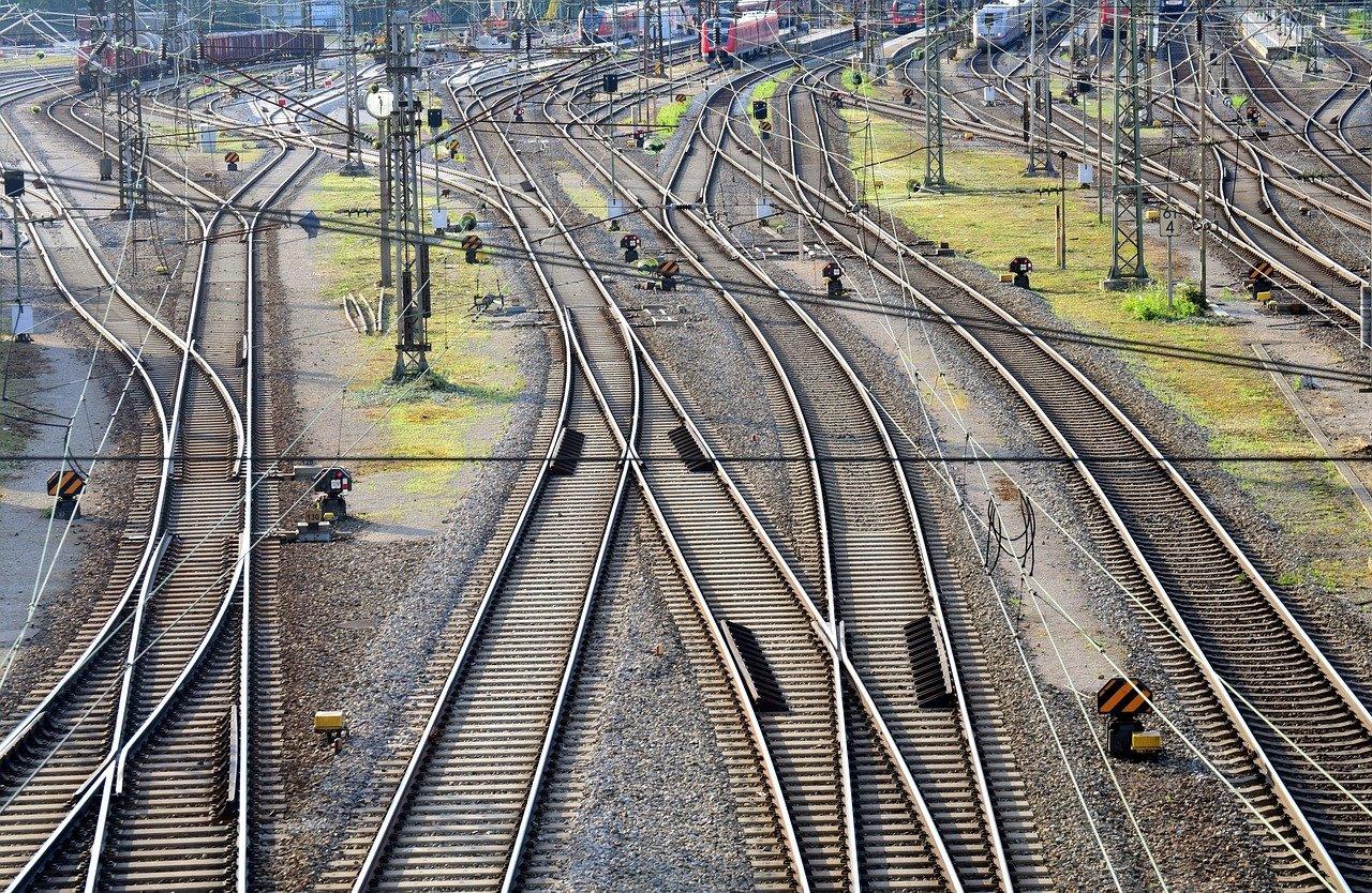 Od aktualnih projektov na področju železniške infrastrukture so najobsežnejše nadgradnja železniške proge Zidani most – Celje,  nadgradnja železniške proge Maribor – Šentilj  ter uvedba daljinskega vodenja prometa.