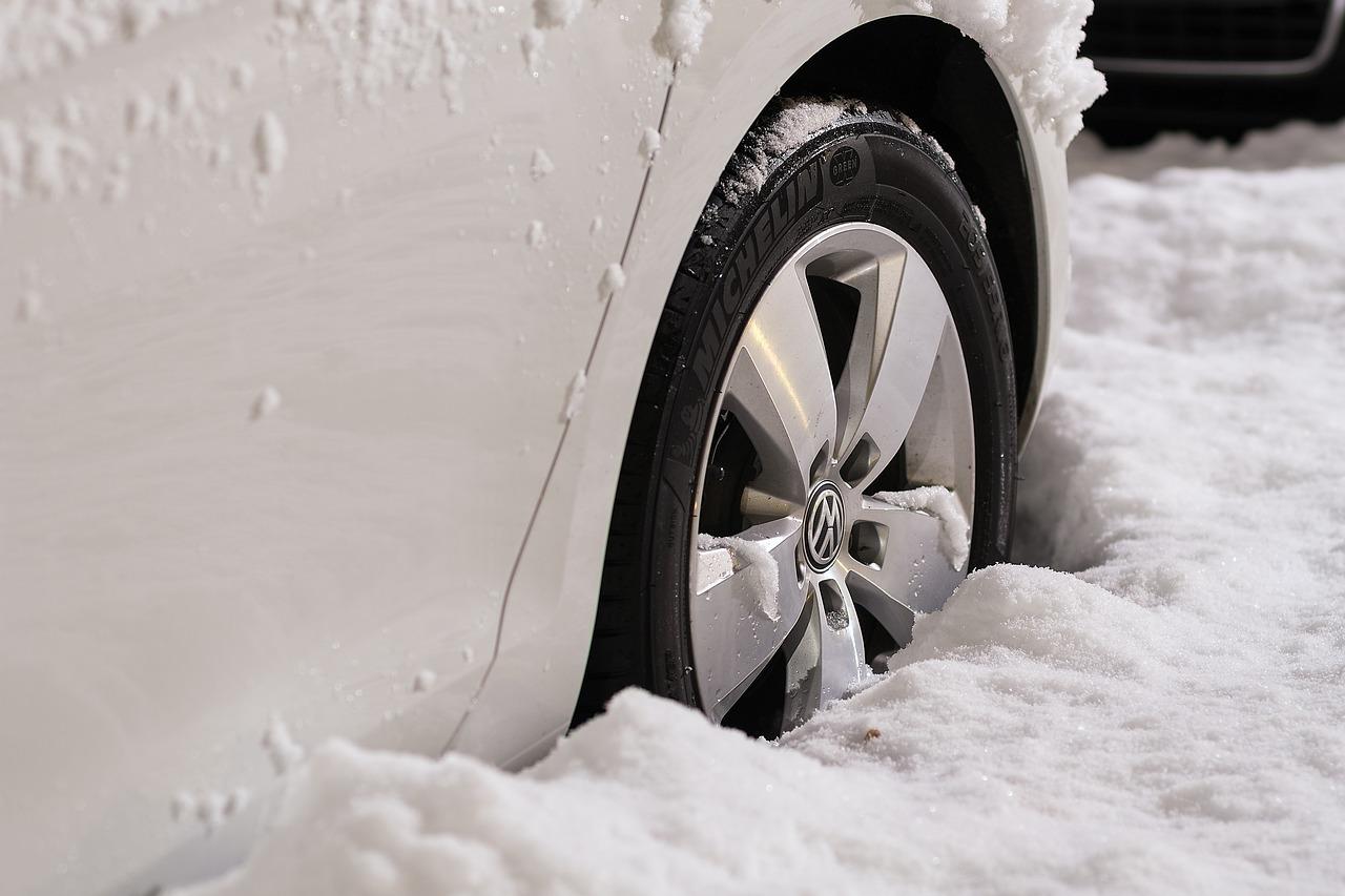 Je menjava zimskih pnevmatik doma varna?