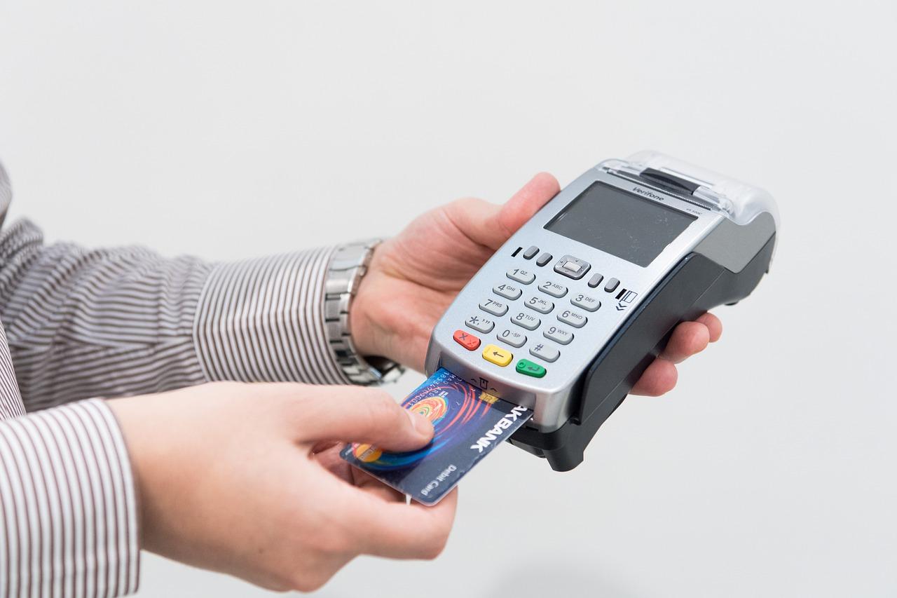 Pri sporih ob nakupih so debetne kartice bolj ranljive.
