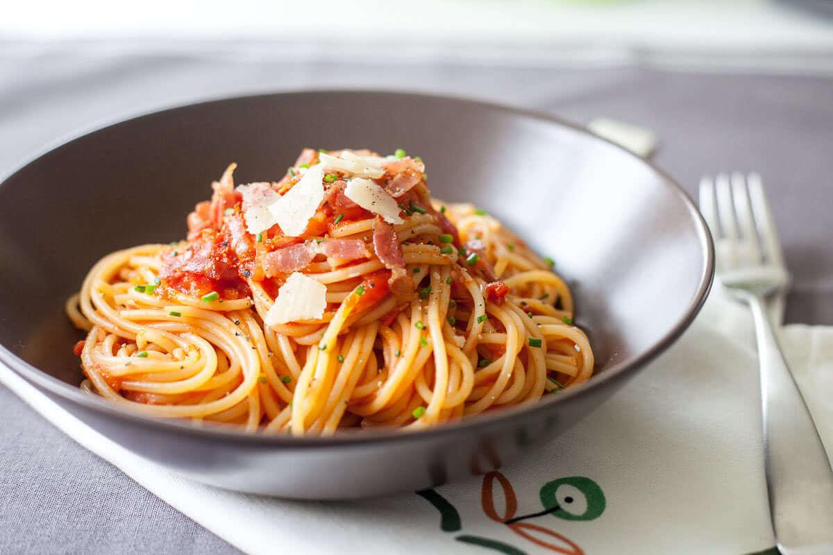 Špageti v zelenjavni omaki s slanino.