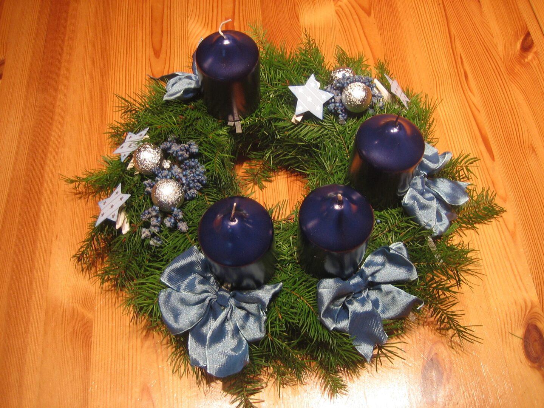 Bistvo adventnega venčka je krog, okrašen z zelenjem in štirimi vijoličnimi svečami, ki jih pritrdimo na venček.