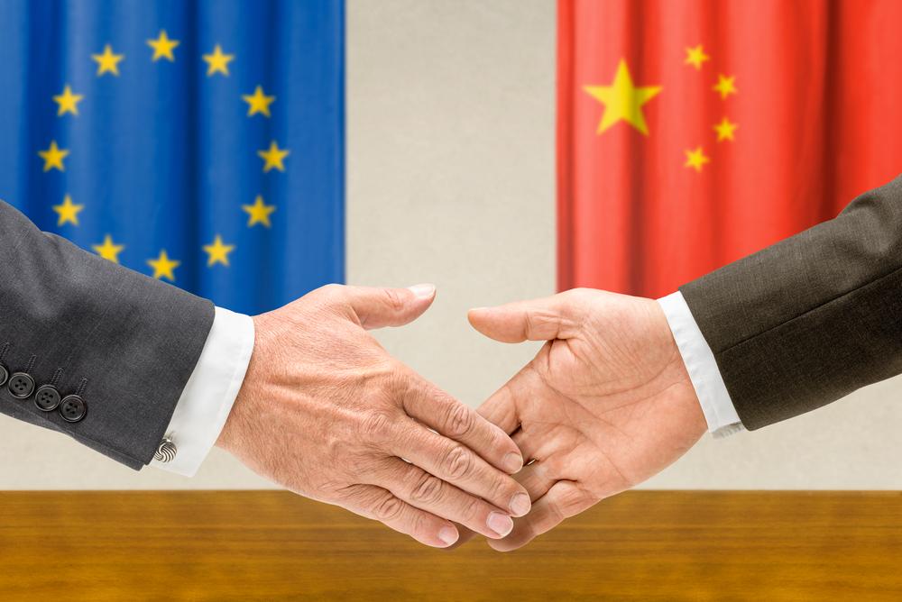 EU in Kitajska kujeta zavezništvo; ZDA ju spremlja z budnim očesom