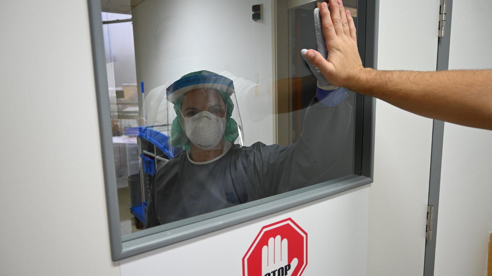 Med tem ko se nekateri trudijo rušit vlado, zdravstveno osebje na zadnjih atomih skrbi za obolele s covidom.