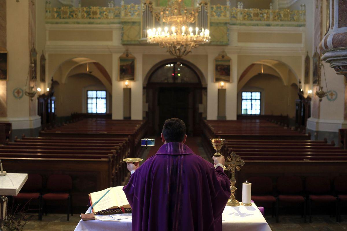 Je res Cerkvi z odloki kršena pravica do verske svobode?