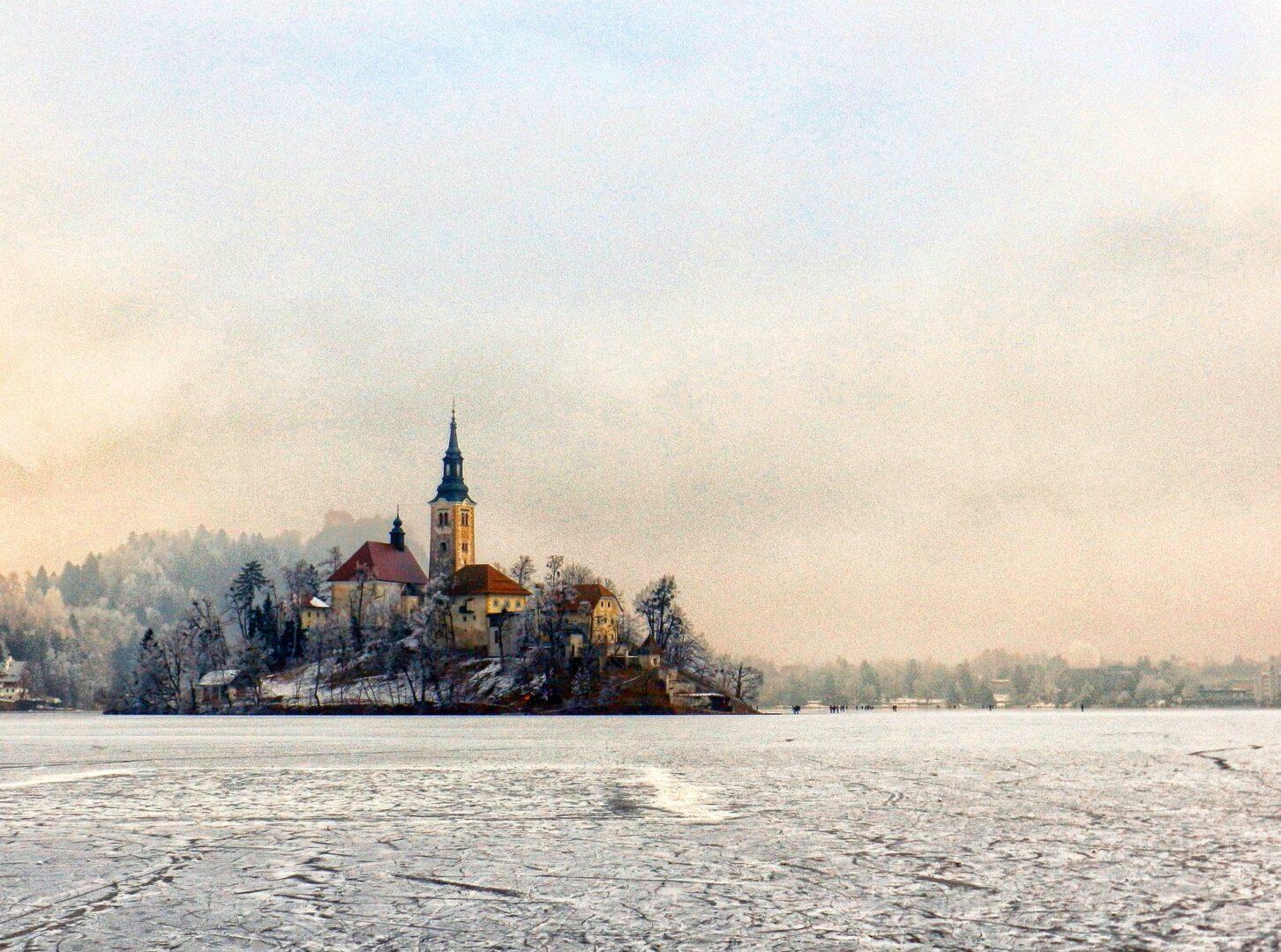 Na Bledu so postavili novo sankališče iz Osojnice skozi Zako, prav tako pa so sporočili, da ima jezero že močno skorjo in bo zamrznilo v nekaj dneh.