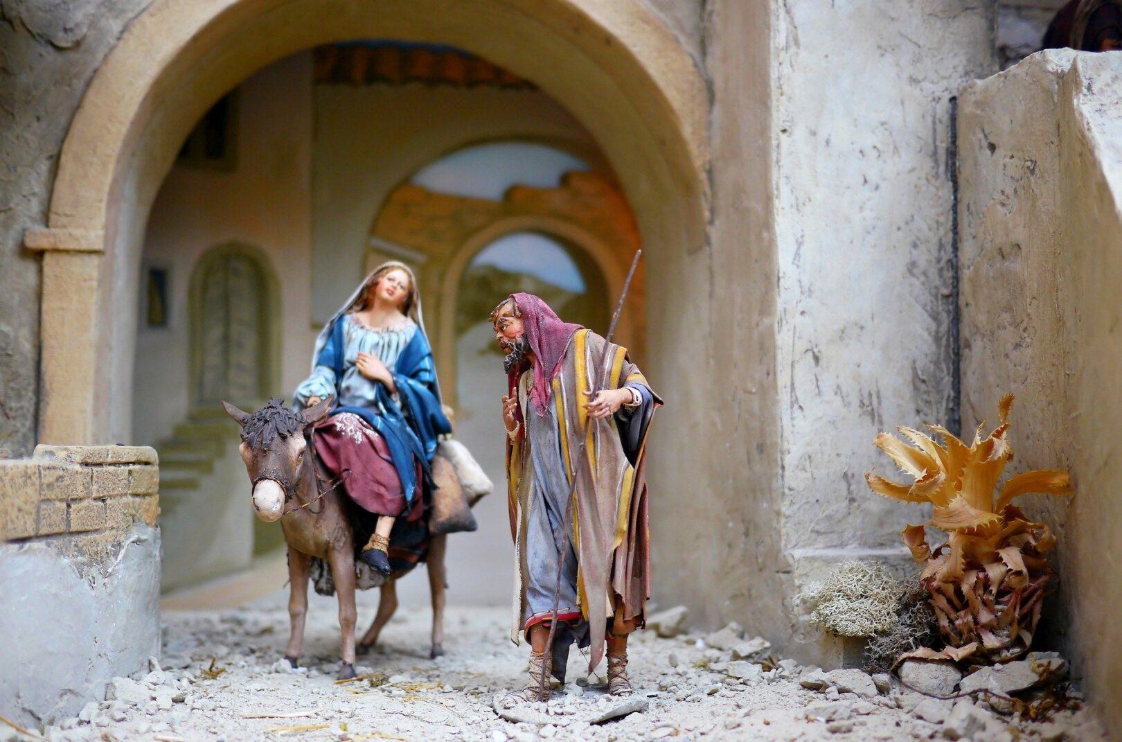 Noseča Marija in njen mož Jožef, sta iz Nazareta v Betlehem potovala peš. Ker so bila v Betlehemu, zaradi množice prebivalstva, ki so se popisovali, prenočišča polna, sta visoko noseča Marija in Jožef lahko našla zavetje le v hlevu poleg živine.
