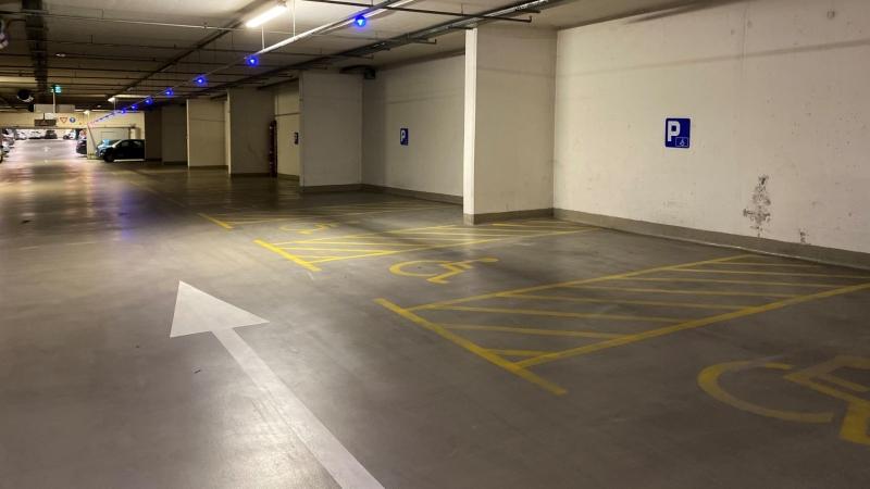 Parkirno mesto za invalide je širše in invalidu omogoča vstop in izstop iz avtomobila. Časovna stiska ali pa zgolj zaradi lenoba nista opravičilo, da parkiramo na invalidska parkirna mesta, če nismo gibalno ovirani.