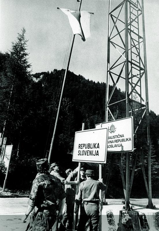 Kljub odkritim in dejavnim grožnjam s strani JLA je nova slovenska oblast uresničevala predvsem dva projekta: ustanovitev slovenske vojske in osamosvojitev Slovenije.