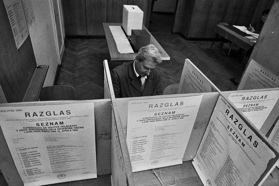 Na videz enotna slovenska politika je bila v času, ko je bilo potrebo odločati o nadaljnji poti Slovenije, precej razklana.