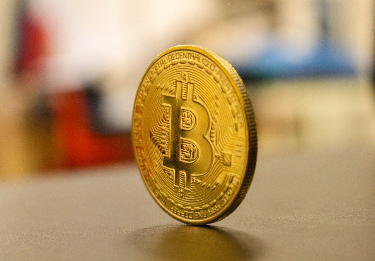 Zlato se vse bolj sveti; bitcoin pognalo v višave