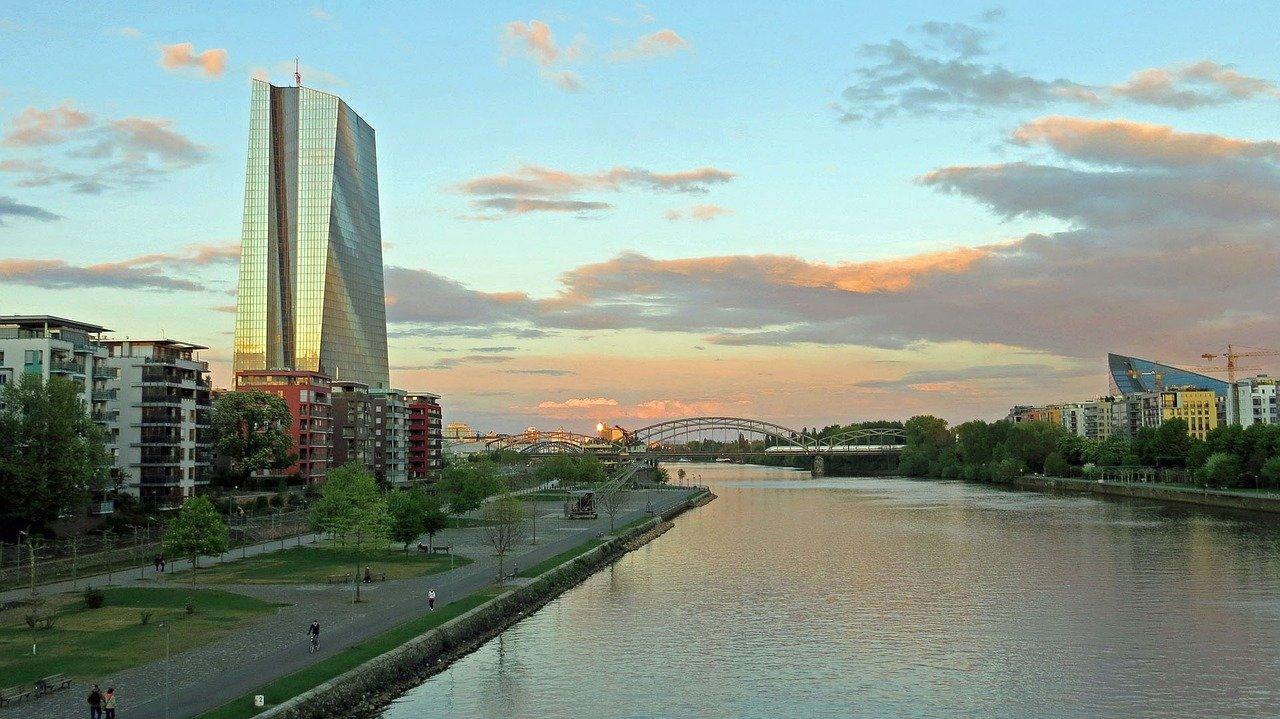 ECB je svoja polna pooblastila prvič izvršila 1. januarja 1999 po uvedbi evra kot uradne valute za evroobmočje.