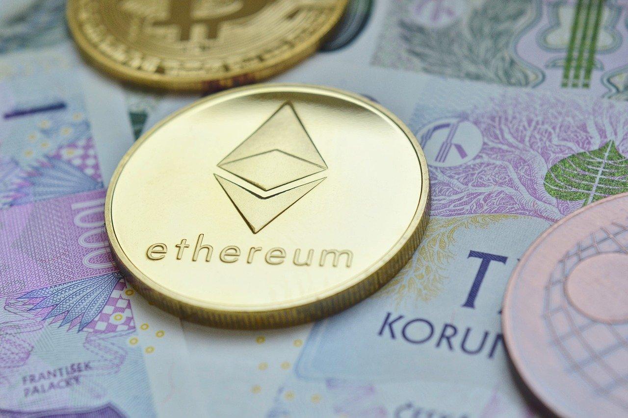 Cena za Ether se je iz ponedeljka na torek v 24 urah povzpela s 750 na več kot 1000 dolarjev, dosegla vrh pri 1160, kjer se giblje tudi danes.